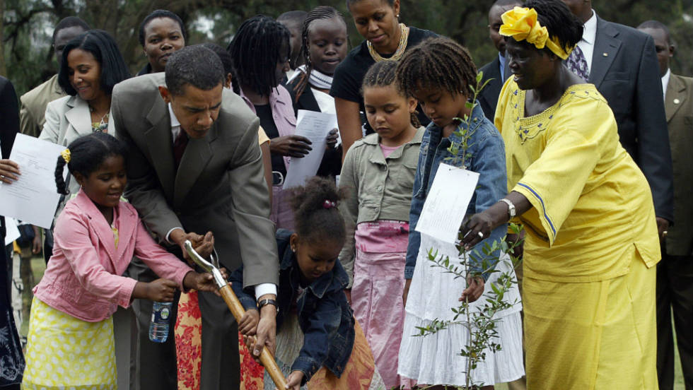 Wangari Maathai plants a tree in Nairobi 2006 with the visiting --then Senator for the state of Illinois -- Barack Obama.