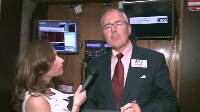 Alison Kosik and NYSE Traders Wish Erin Good Luck_00002001