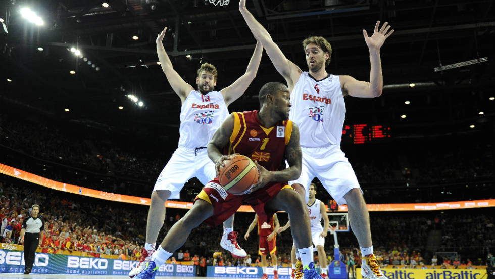 Bo McCaalebb faces up to two Spain defenders