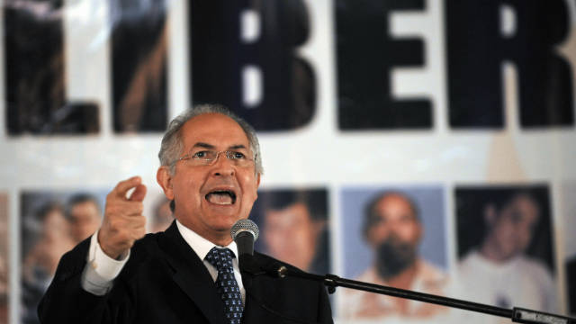 Opposition leader and Caracas Mayor, Antonio Ledezma gestures a during press conference in September 1, 2009.
