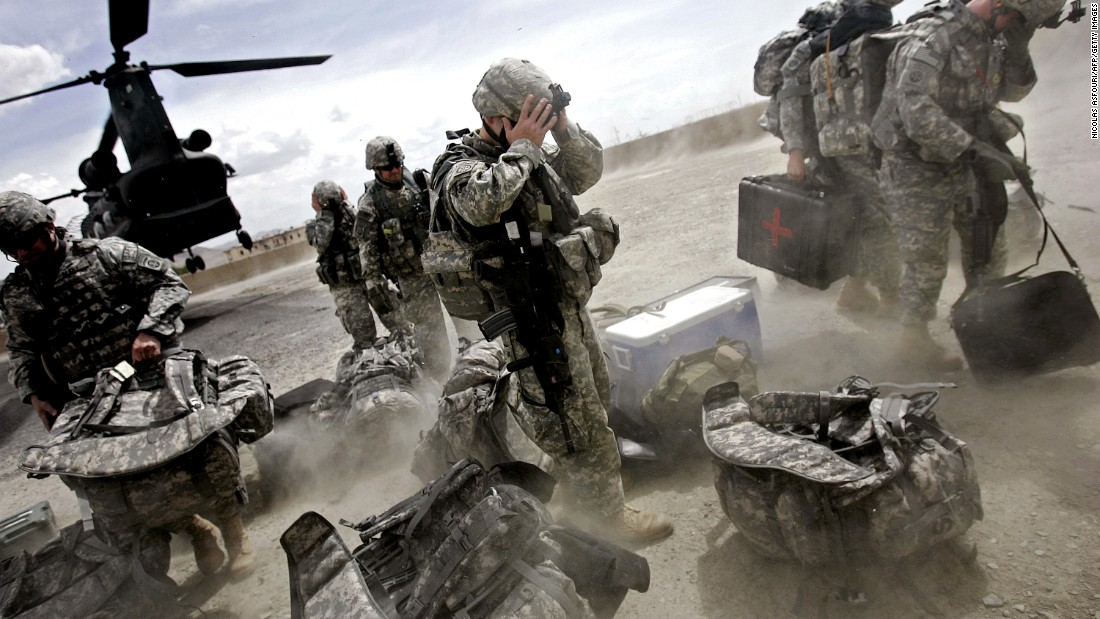 US soldiers disembark from a Chinook helicopter in Ghazni province, Afghanistan, May 2007.