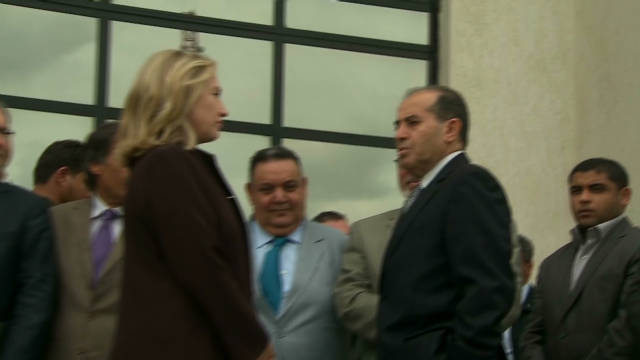 Clinton makes surprise Libya visit