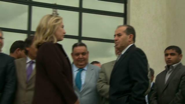 Clinton makes surprise Libya visit