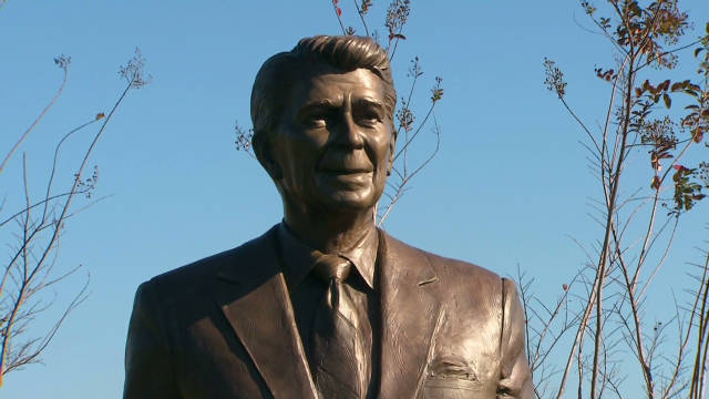 Reagan statue unveiled at Reagan Airport
