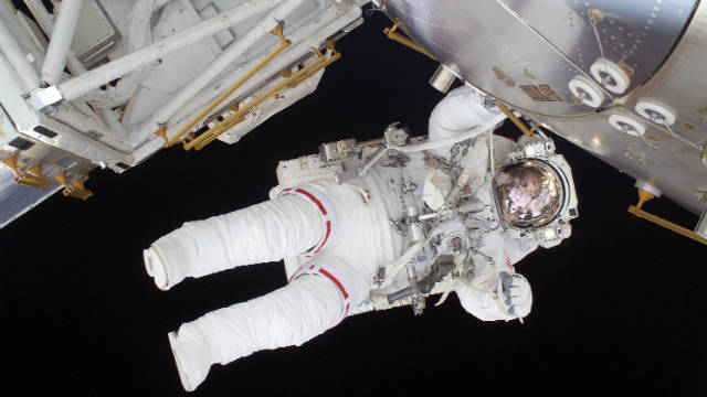Space suit problem delays spacewalk