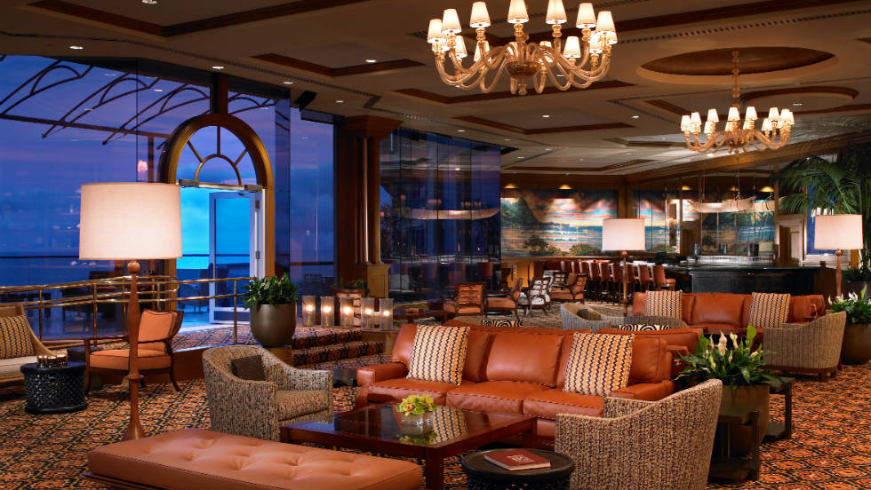 The sumptuous St. Regis bar allows golfers to unwind after 18 holes with beautiful views of the Hawaiian sunset. Great for jazz lovers too, with Sundays traditionally hosting a jam session.