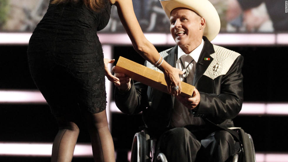 "CNN Hero Richard St. Denis accepts his award from ""Modern Family"" actress Sofia Vergara."
