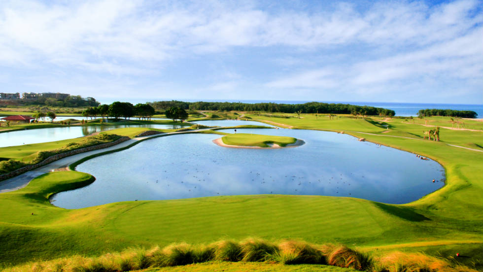 The world's second-largest barrier reef provides a stunning backdrop to the Black Pearl Course on the island of Roatan. The 11th hole also has its own unique features.