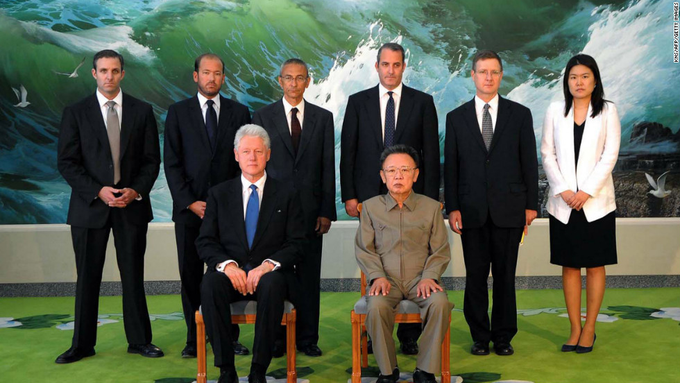 Kim Jong Il posing with former U.S. President Bill Clinton and his delegation members in Pyongyang on August 4, 2009. Clinton was in North Korea to secure the release of detained American journalists Euna Lee and Laura Ling.