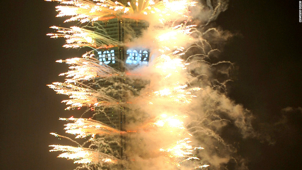 Hundreds of thousands of people defied cold winds to usher in the New Year in Taipei, Taiwan.