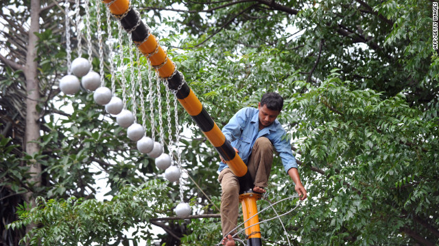 Concrete balls thwart 'train surfing'