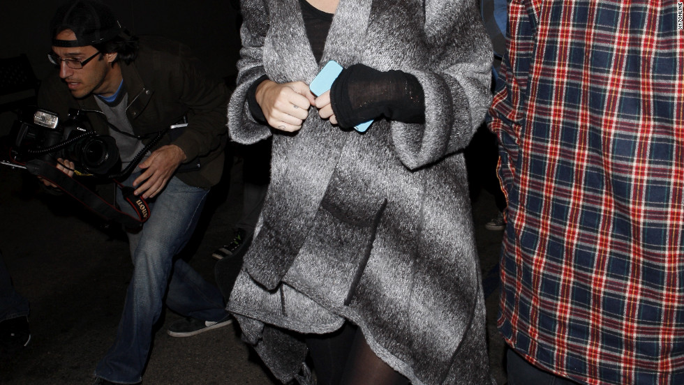 Miley Cyrus dines with her parents in Studio City.