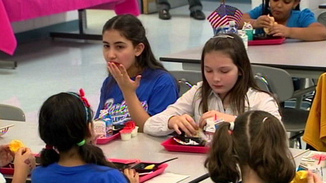 Rachael Ray makes kids' school lunch