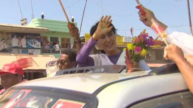Aung San Suu Kyi campaigns in Myanmar