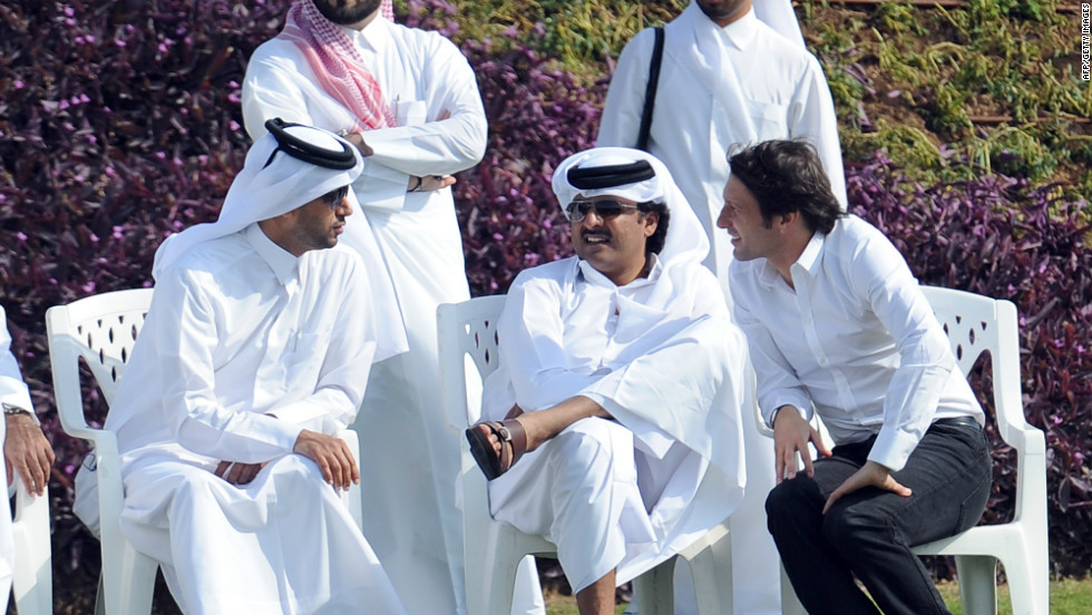 PSG owner Sheikh Tamim Bin Hamad Al Thani (c) takes in a PSG training session in the Qatari capital Doha prior to the 2011/12 season.