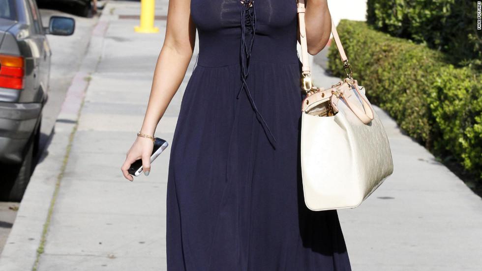 Jennifer Love Hewitt dines in Malibu.