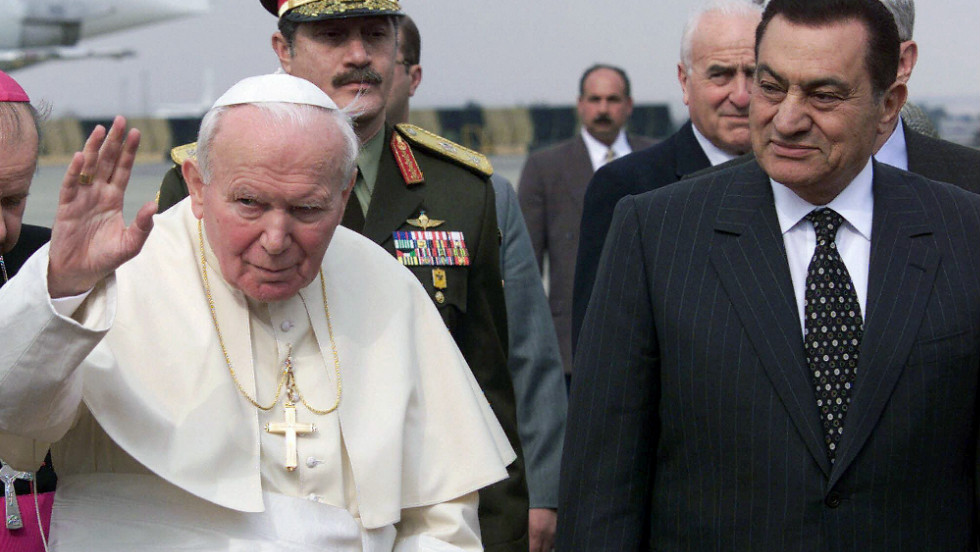 Mubarak welcomes Pope John Paul II to Egypt for a three-day visit in 2000.