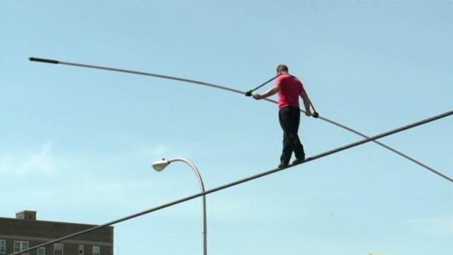 dnt niagra falls tightrope walker_00003026
