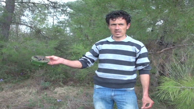 Syrian man helps clear landmines