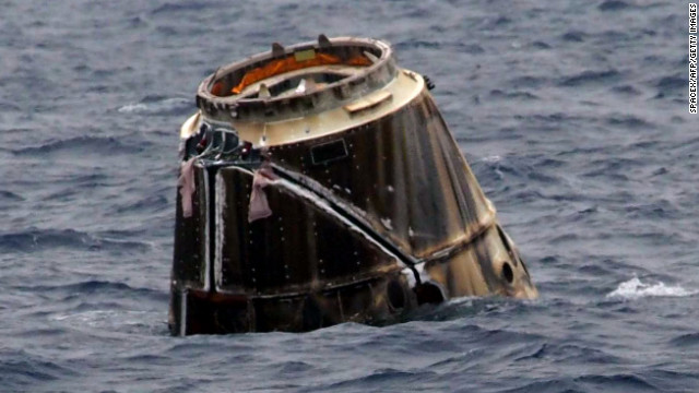 SpaceX Dragon spashes down