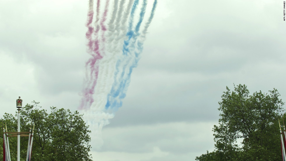The Red Arrows fly over Buckingham Palace to celebrate the Queen's Diamond Jubilee in London on June 5, 2012.
