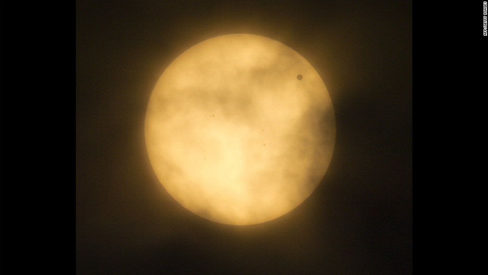Venus crosses the sun, as seen from Mexico City. The entire transit takes 6 hours and 40 minutes.