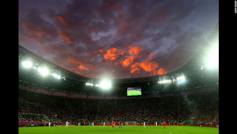 Night settles over the Russia-Czech Republic match.
