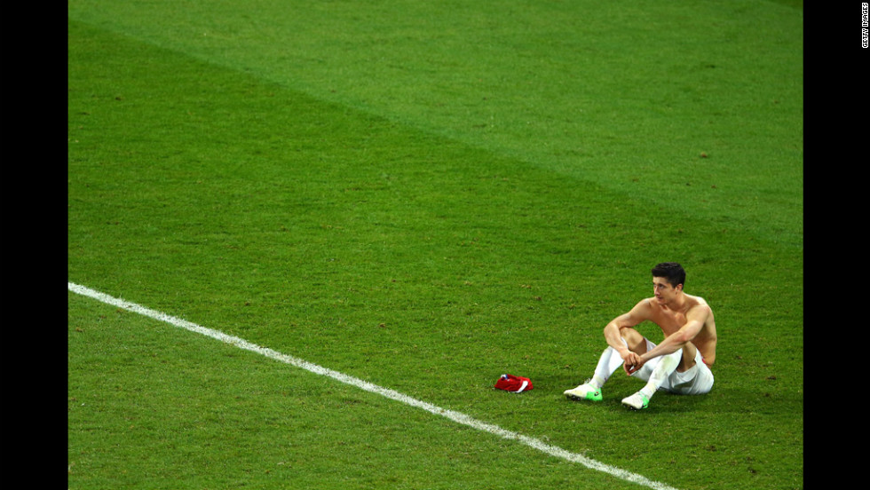 Robert Lewandowski of Poland sits dejected at the final whistle during the match between Czech Republic and Poland.