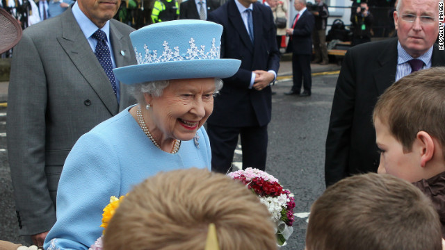 Queen gets hearty welcome to N. Ireland