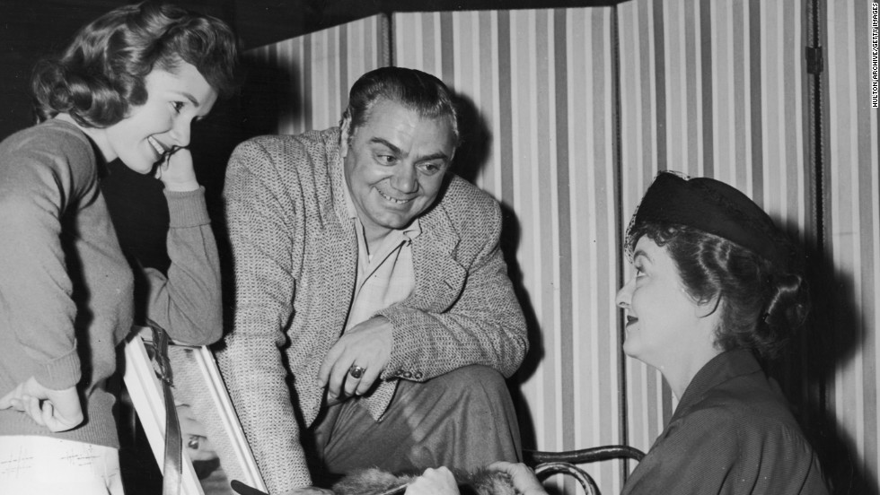 "Debbie Reynolds, left, and Borgnine chat with Bette Davis on the set of the 1956 Richard Brooks' film ""'The Catered Affair."""