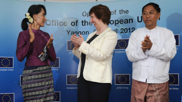 Myint Swee (R) with the EU's foreign policy chief Catherine Ashton (C) and Myanmar's Aung San Suu Kyi on 28 April, 2012.