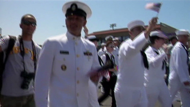 servicemembers participate in San Diego pride parade_00003319
