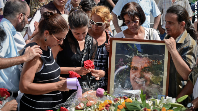 Ofelia Acevedo (L) widow of opposition leader Oswaldo Paya and their daughter Rosa Maria Paya (2nd-L) attend his funeral.