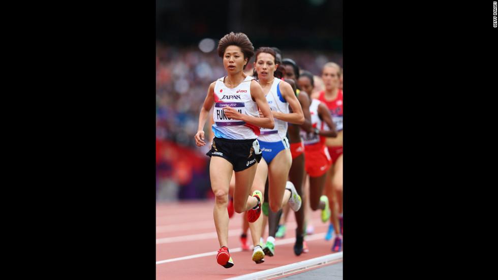 Kayoko Fukushi of Japan leads the pack in the women's 5,000-meter round 1 heats.