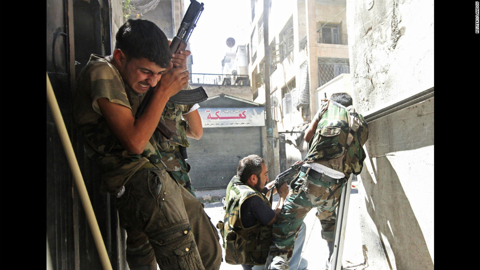 Members of the Free Syrian Army clash with Syrian army soliders in Aleppo's Saif al-Dawla district on August 22, 2012.