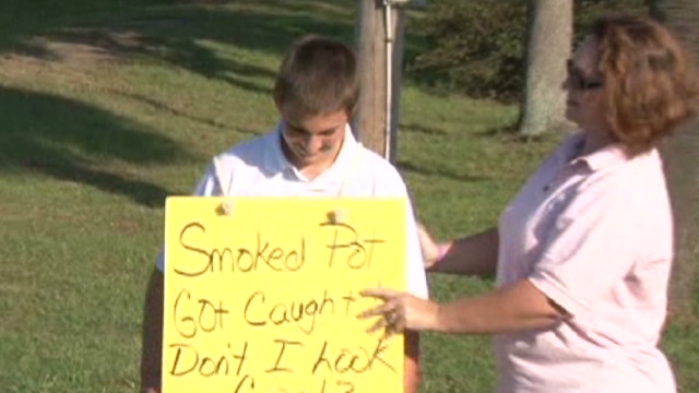 dnt sc mom shames son with sign_00000330