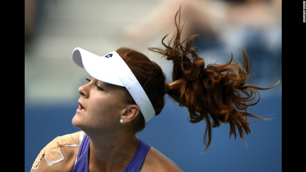 Agnieszka Radwanska returns to Bratchikova.