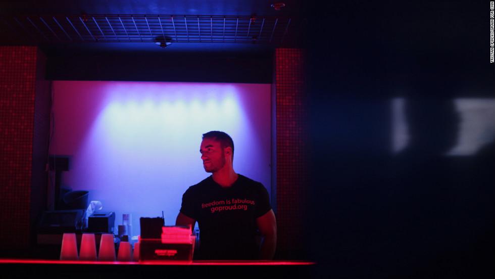 "A bartender wears a GOProud ""freedom is fabulous"" T-shirt."