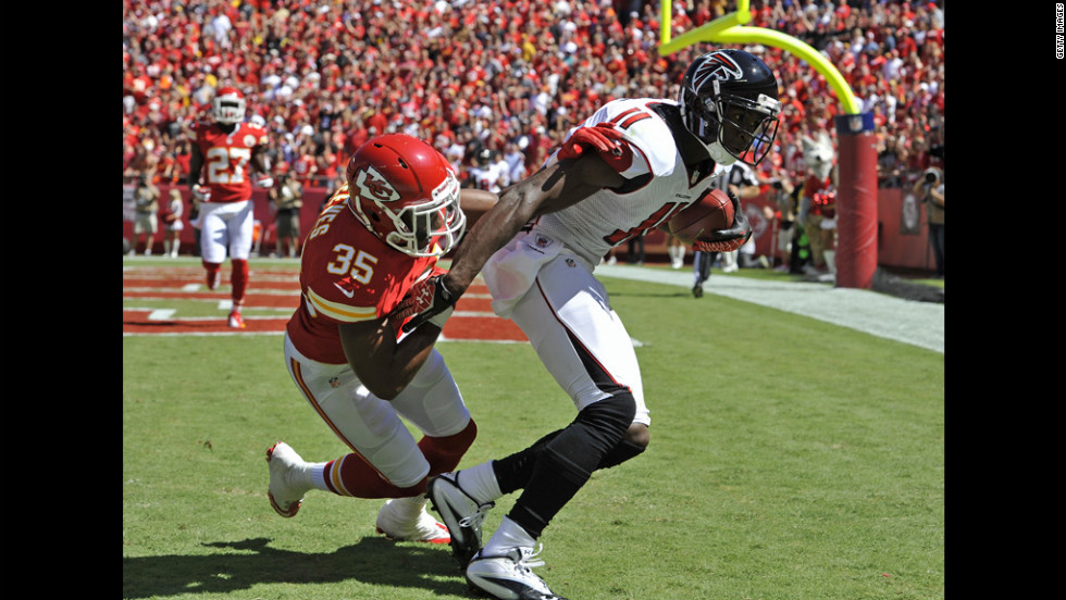 Wide receiver No.11 Julio Jones of the Atlanta Falcons catches an eight-yard touchdown pass against defensive back No.35 Jacques Reeves of the Kansas City Chiefs on Sunday.