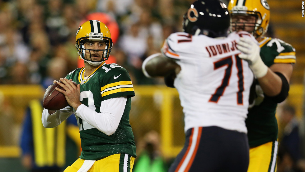 Quarterback Aaron Rodgers looks to pass against the Chicago Bears in the first quarter on Thursday.