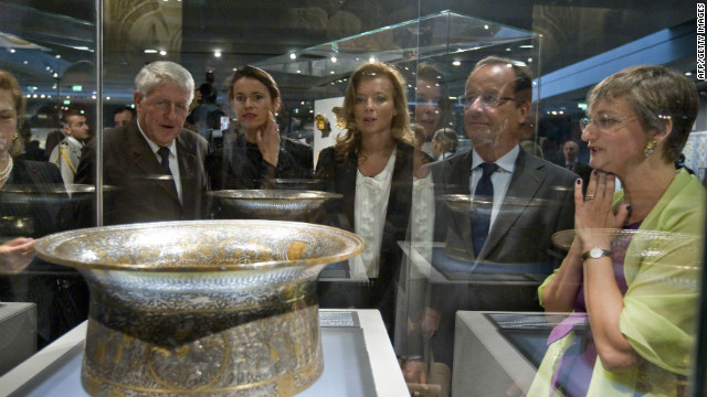France's President Francois Hollande (2ndR), visits the new Department of Islamic Arts galleries at the Louvre museum in Paris on September 18, 2012.