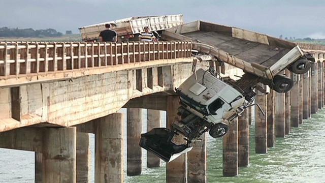 nc brazil truck hangs off bridge_00003518