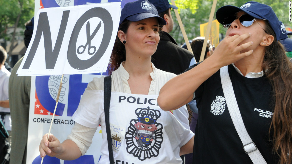 Spanish police officers attend a demonstration against government spending cuts in Madrid on October 2, 2012 .
