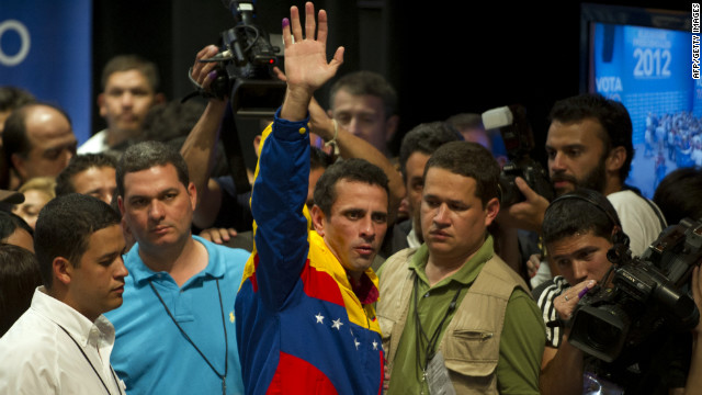 Venezulean presidential candidate Henrique Capriles (C) waves after speaking to supporters after receiving news of his defeat in Caracas on October 7, 2012. According to the National Electoral Council, Venezuelan President Hugo Chavez was reelected with 54.42% of the votes, beating opposition candidate Henrique Capriles, who obtained 44.47%. AFP PHOTO/Eitan Abramovich        (Photo credit should read EITAN ABRAMOVICH/AFP/GettyImages)