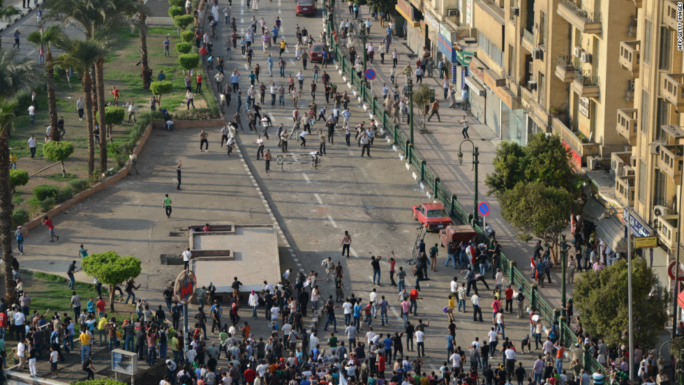 Anti-Muslim Brotherhood and pro-government supporters clash in the worst violence over Egypt's new Islamist leader on Friday, a day after he crossed swords with the judiciary.