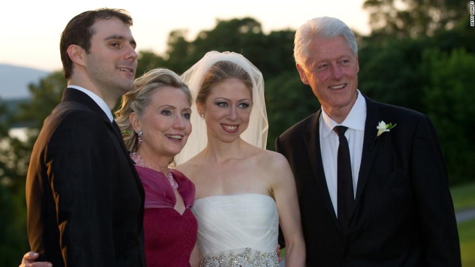 And in 2010, Chelsea Clinton -- the daughter of President Bill Clinton and Hillary Clinton -- went with a de la Renta dress when she wed Marc Mezvinsky.