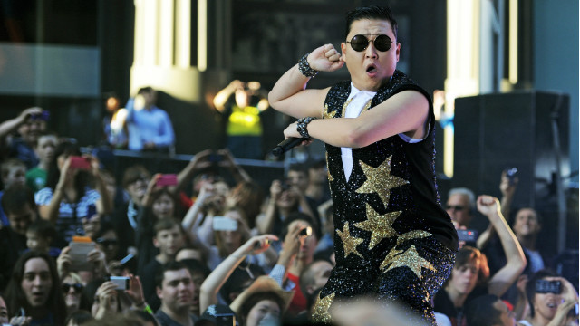 Rapper Psy edges out Justin Bieber on YouTube