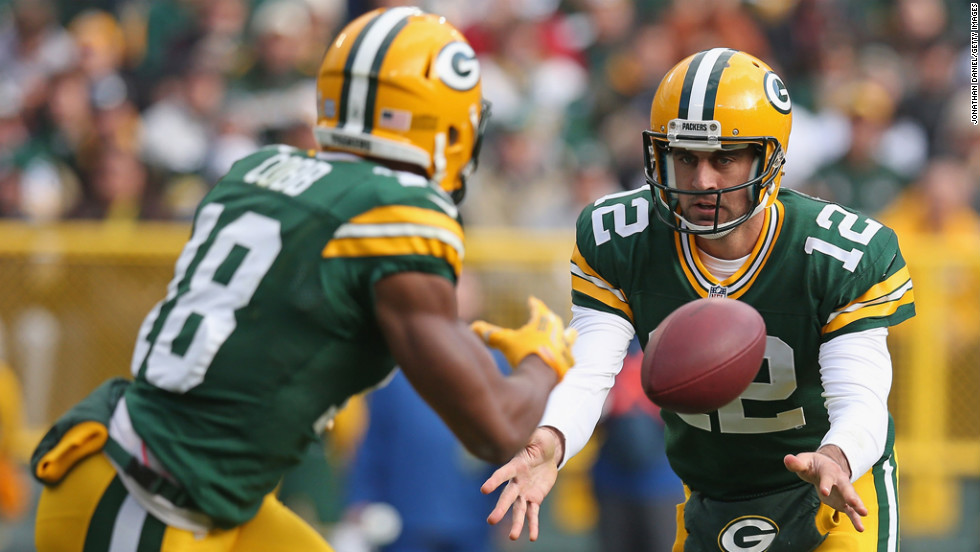 Aaron Rodgers of the Packers pitches the ball to Randall Cobb against the Cardinals on Sunday.