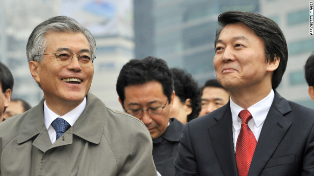 South Korean presidential candidates Moon Jae-In (L) and Ahn Cheol-Soo (R) pictured in Seoul on November 6, 2012.