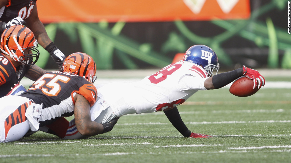 Hakeem Nicks of the Giants stretches the ball upfield during the game against the Bengals on Sunday.